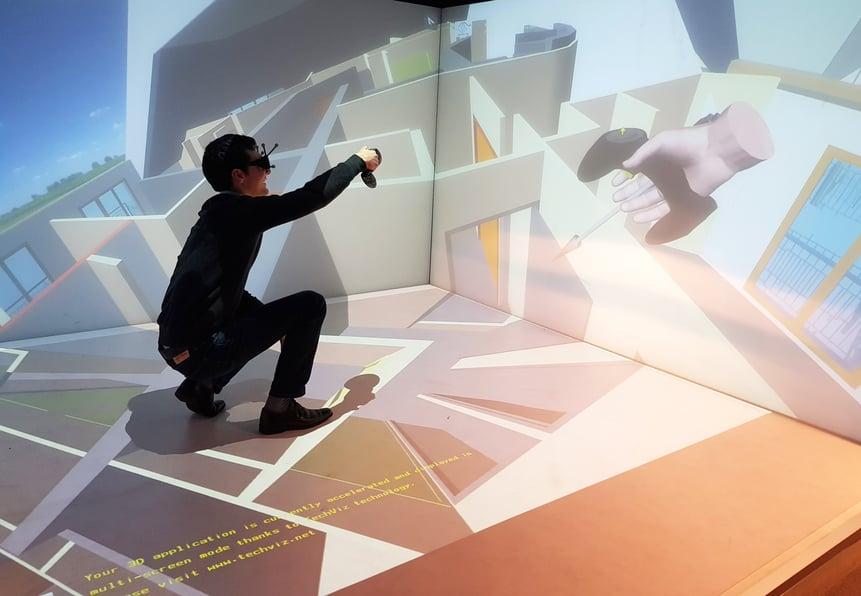 男性在CAVE中浏览虚拟现实