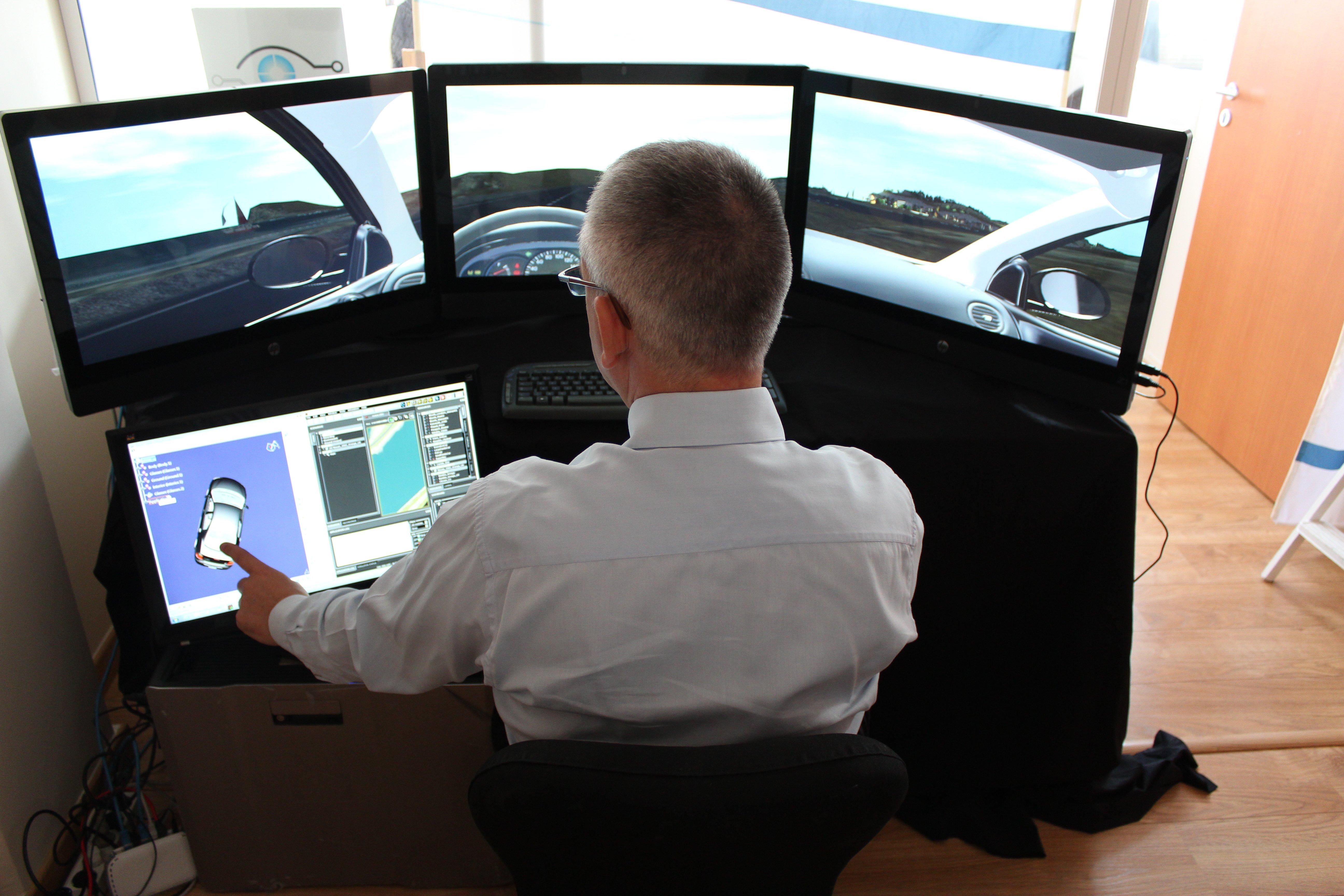 男子通过虚拟现实观摩汽车内部