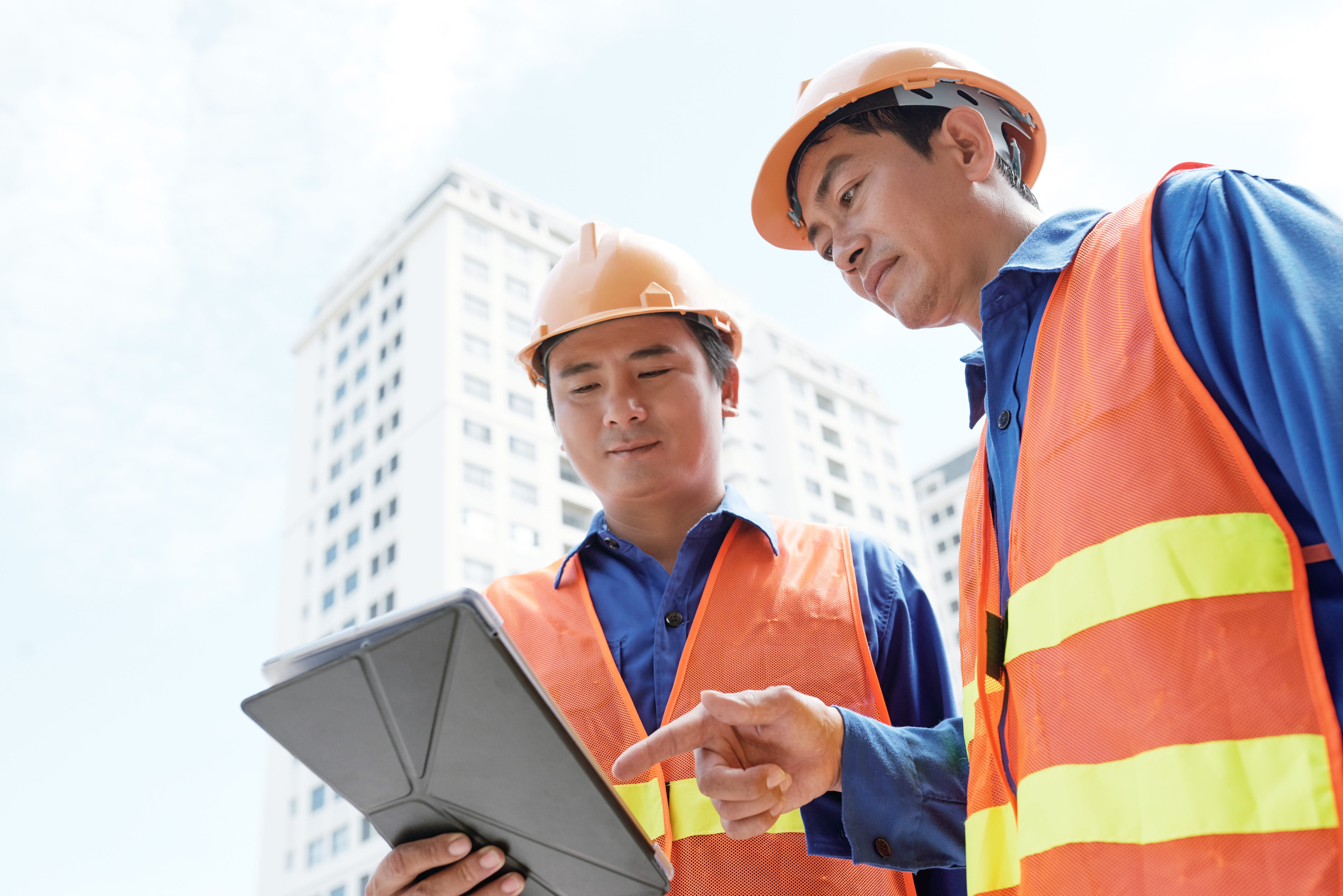 two construction worker discussing the construction process with the BIM Model